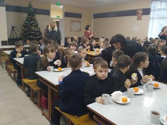 У Житомирі матері школярів почали жалітися, що їхніх дітей годують черствими булками та смердючими котлетами