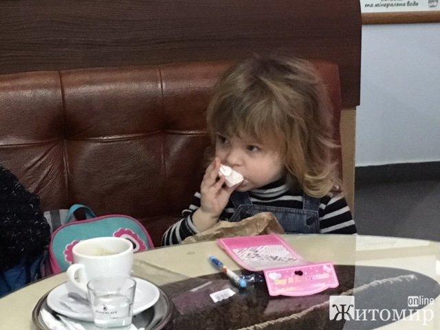 """У Житомирі маленька дівчинка """"попрацювала"""" моделькою в """"Будинку кави"""""""