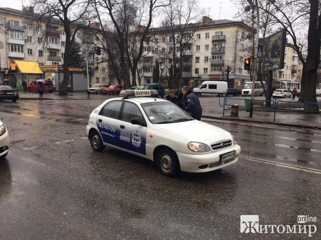 У Житомирі на перехресті Київської та Князів Острозьких працівники пультової охорони збили бабусю