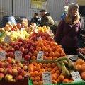"""У Житомирі на Житньому ринку продають """"бомбезні"""" груші. ФОТО"""