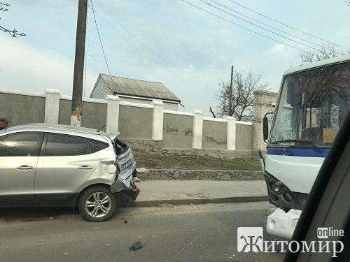 У Житомирі трапилася ДТП за участі автобуса: водій громадського транспорту в'їхав у припарковану іномарку. ФОТО
