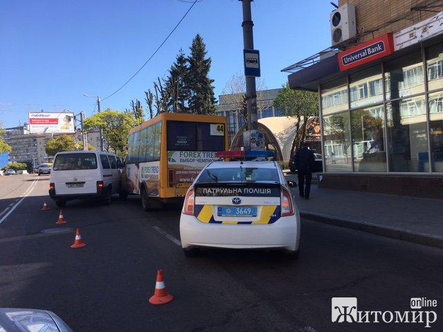 У Житомирі на вул. Леха Качинського мікроавтобус зіштовхнувся із маршруткою. ФОТО