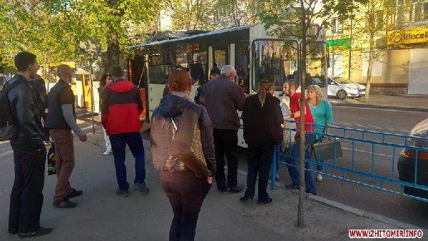 Житомирського водія тролейбуса побив гурт школярів, коли той зробив зауваження. ФОТО