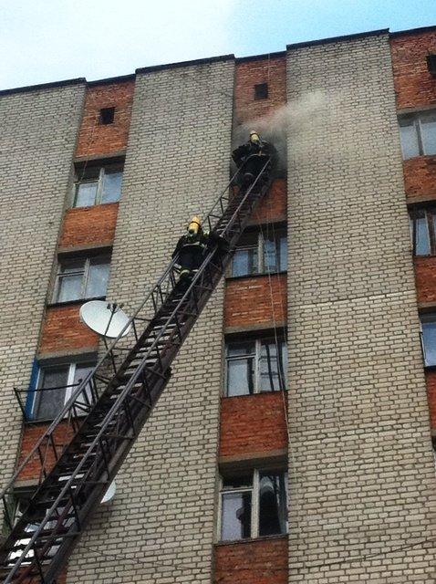 У Житомирі горіла квартира на 9-му поверсі колишнього гуртожитку. ФОТО