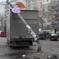 У Житомирі навпроти тролейбусної зупинки на вантажівку упав стовп