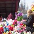 """""""Живим же ви таке не даруєте"""". Церква КП закликає не нести на кладовища штучні квіти"""
