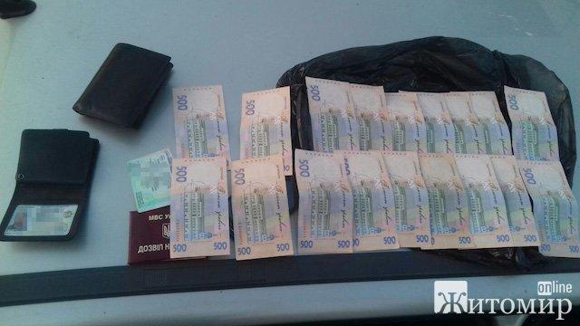 СБУ затримала на хабарі посадовця Коростенського відділу поліції. ФОТО