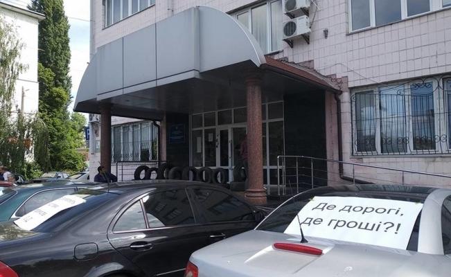 У Житомирі біля адмінприміщення обласної Служби автодоріг розклали шини та перекрили рух по Покровській. ФОТО