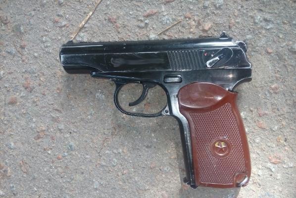 У Житомирі молодики, погрожуючи пістолетом, обікрали школярів