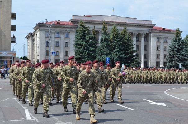 У Житомирі зі шаною зустріли військовослужбовців, які повернулися з району проведення ООС. ФОТОРЕПОРТАЖ