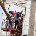 Житомирянка просить відремонтувати будинок навпроти міськради і забрати рекламу Ляшка