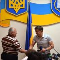 Під час засідання виконкому Сухомлин вручив іменний годинник тренерові з триатлону за особистий вклад у розвиток спорту