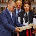 Дружина Порошенка вишивала рушник у компанії Труханова