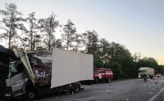 Екологічна катастрофа: на автодорозі Київ-Чоп внаслідок аварії вантажівок стався витік побутової хімії. ФОТО