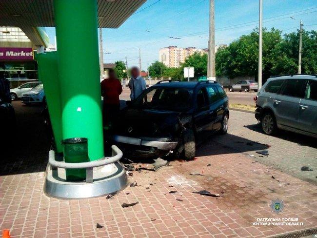 У Житомирі Renault наїхав на припаркований автомобіль, потім – на паливну колонку. ФОТО