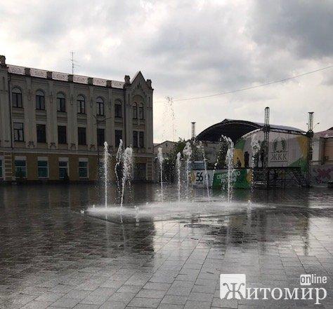 Для кого у Житомирі під час дощу працює фонтан?! ФОТО. ВІДЕО