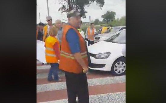 Відставка керівництва і оплата праці: дорожники перекривали міжнародну трасу. ФОТО