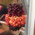 У Житомирі на Житньому черешні продають величезними ґронами. ФОТО