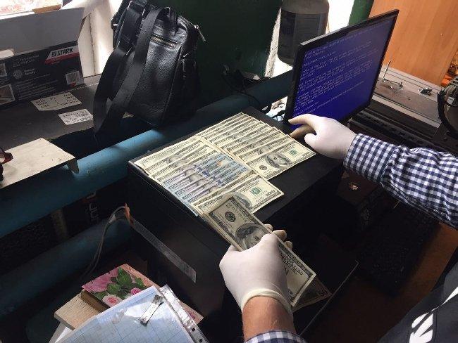 В області СБУ вилучила спеціальне обладнання з перебивання номерів та 3 тис. доларів