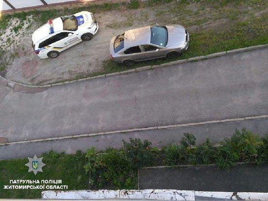 У Житомирі патрульні врятували дитину від падіння з 4 поверху