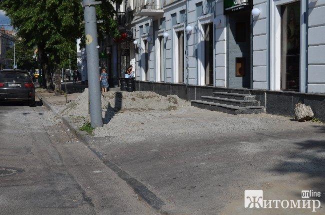 Будівельники тротуарів зекономили гроші, залишивши пастку для житомирян. ФОТОФАКТ