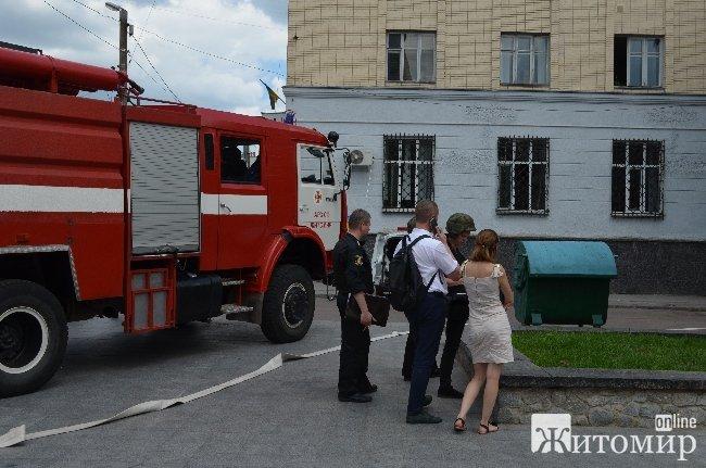 У Житомирі біля банку поліція знешкодила підозрілий пакунок. ФОТО