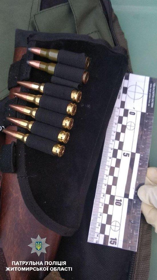 У Житомирі патрульні виявили в салоні легковика цілий арсенал зброї без документів
