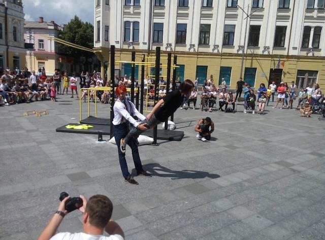У Житомирі на Михайлівській запекла боротьба за Літній кубок зі Street Workout. ФОТО