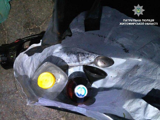 У Житомирі вночі патрульні затримали неадекватного пішохода із наркотиками і шприцом