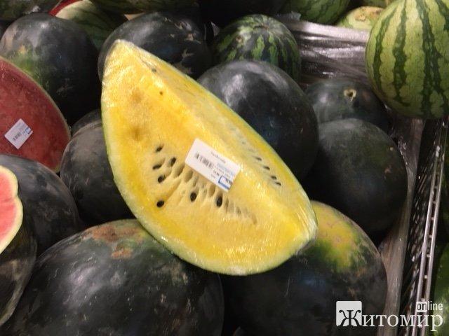 """У Житомирі втридорога продаються """"жовті"""" кавуни. ФОТО"""