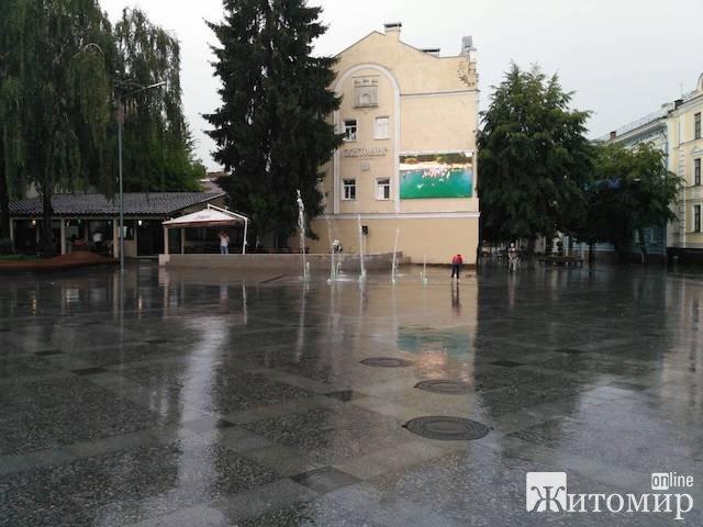У Житомирі з кранів зникла вода. Зате фонтан працює! ФОТО