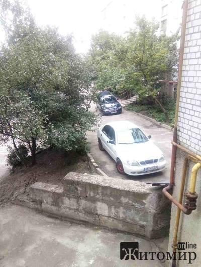 Мешканці провулку Паперового б'ють на сполох: будинок провалюється під землю