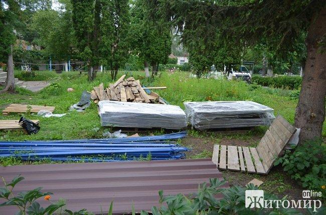 Батьки вихованців житомирського садочка №52 скаржаться, що підрядник не вкладається у терміни утеплення та використовує неякісні матеріали. ФОТО