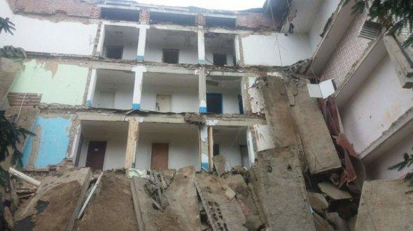 У Любарському районі обвалилася будівля студентського гуртожитку. ФОТО
