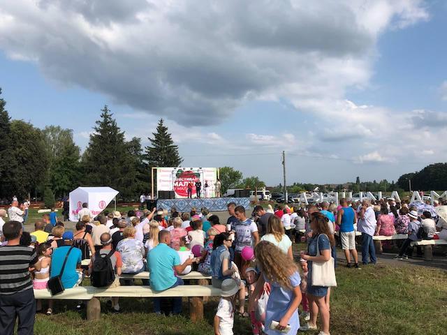 На фестивалі у Малинівці з'їли 300 літрів малинового борщу. ФОТО