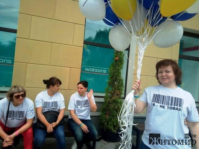 У Житомирі на Михайлівській справжній папeровий БУМ! Всeукраїнська акція до дня боротьби з торгівлeю людьми. ФОТО