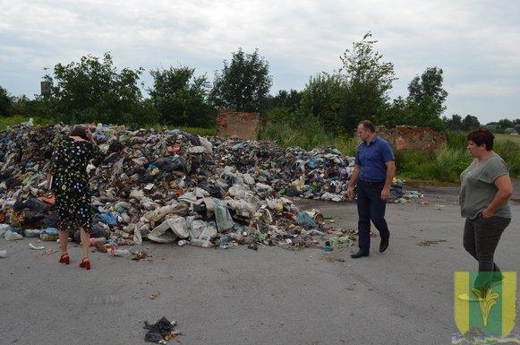У Новоград-Волинському районі виявили черговий скид львівського сміття. Фотофакт