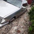 У Житомирі легковик провалився у глибоку яму з багнюкою, коли власник його припаркував. ФОТО