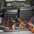 В авто 26-річного бердичівлянина виявили зброю, а пасажира розшукує поліція Хмельниччини
