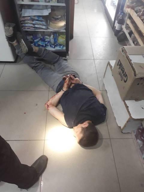 У Коростені поліцейські охорони затримали у магазині нічного злодія. ФОТО