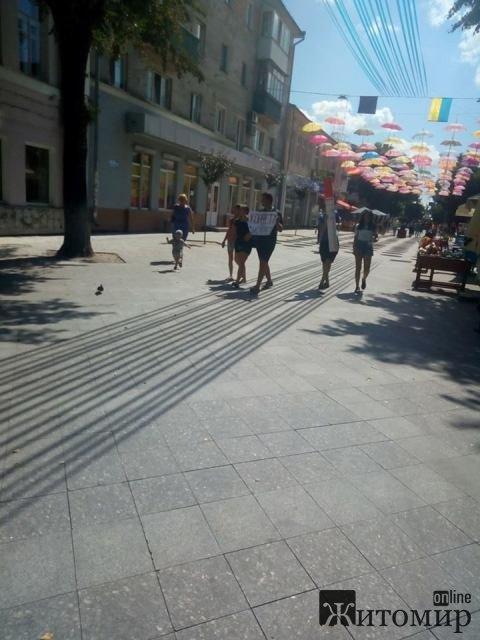 """Соціальна акція """"Цукерку за цигарку"""" у Житомирі"""