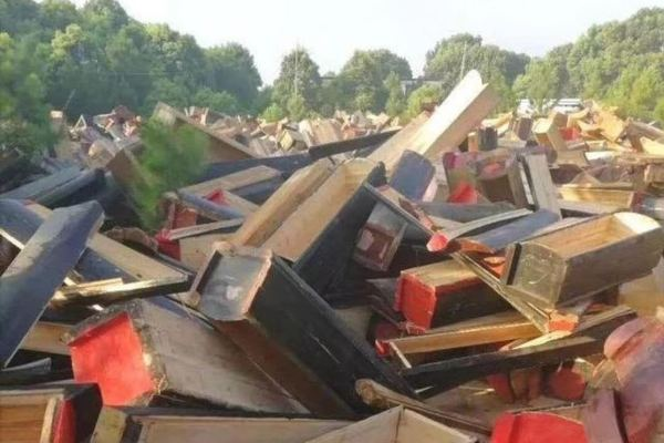 В Китае запретили похороны и уничтожают гробы