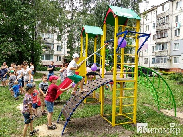 У Житомирі по вул. Огієнка встановили новий дитячий майданчик. ФОТО