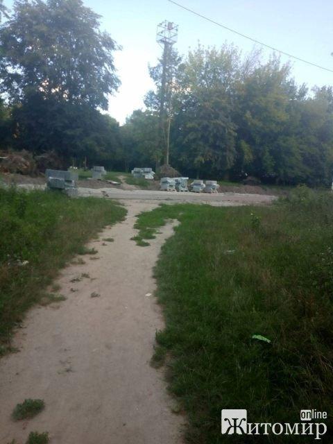 У Житомирі  на Польовій тривають ремонтні роботи, повалені дерева та недороблені тротуари. ФОТО