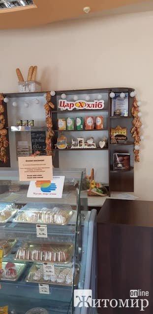 У житомирському магазині пенсіонери безкоштовно можуть взяти хліб. ФОТО