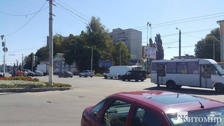 В центрі Житомира несправні гальма, жах пасажирів, розбита автівка ВАЗ та рейсова маршрутка влетіла в клумбу. ФОТО