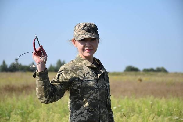Дружина Героя України Сенюка приєдналася до десантного братства та здійснила перший стрибок з парашутом