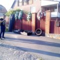 У Баранівському районі родини загиблих у ДТП хлопців принесли до будинку начальника автодору домовину з шинами. ВІДЕО