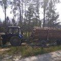 На Житомирщині прикордонники затримали трактор без номерних знаків, завантажений деревиною. ФОТО