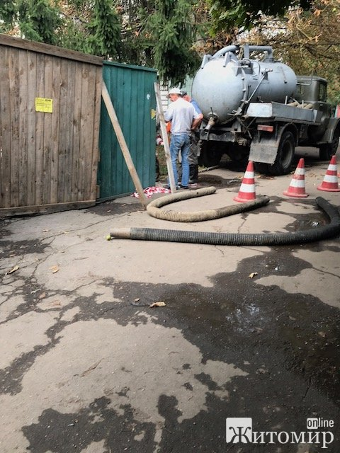 Через реконструкцію скверу на Лятошинського у мешканців будинків поруч зникла вода. ФОТО
